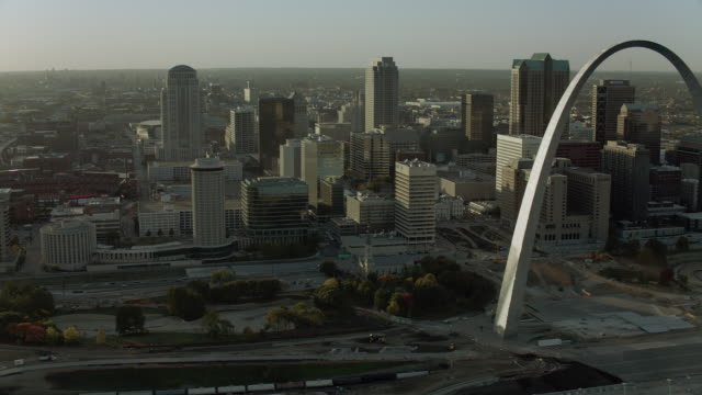 scenic view of downtown st louis and gateway arch - gateway arch st. louis stock videos & royalty-free footage