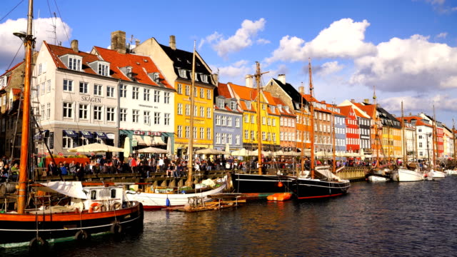 コペンハーゲンの古い町で有名なニューハウン桟橋の風光明媚なビュー - 町並み点の映像素材/bロール