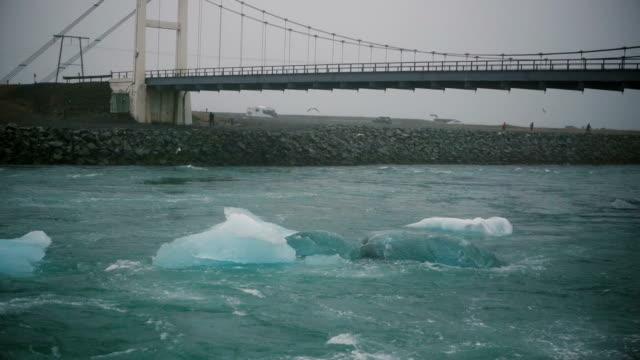 Malerische Aussicht auf Eisberge Umzug vom Jökulsárlón nach Meer