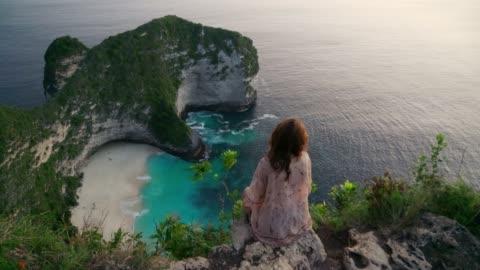 stockvideo's en b-roll-footage met schilderachtig uitzicht op kelinking beach op nusa penida - bali