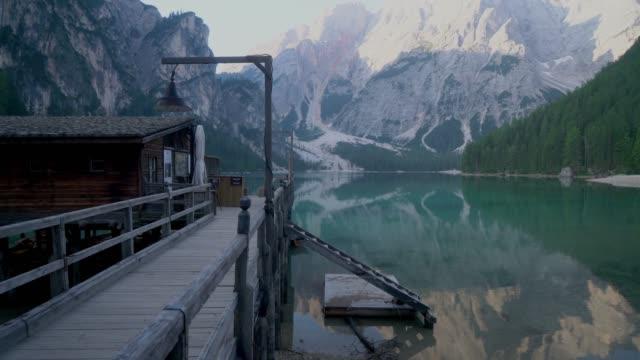 vídeos y material grabado en eventos de stock de vista panorámica del lago di braies en dolomitas a través de la ventana - tirol