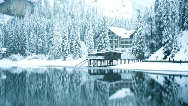 scenic view of lago di braies lake in winter - dolomiti video stock e b–roll