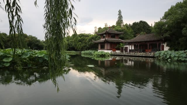 scenic view of 'lotus in the breeze at crooked courtyard' on the west lake,hangzhou,china - classical chinese garden stock videos & royalty-free footage