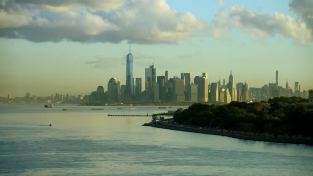 vidéos et rushes de scenic view of lower manhattan nyc - terre en vue
