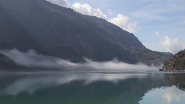 暴風雨後の山と湖の美しい景色 - 湖点の映像素材/bロール