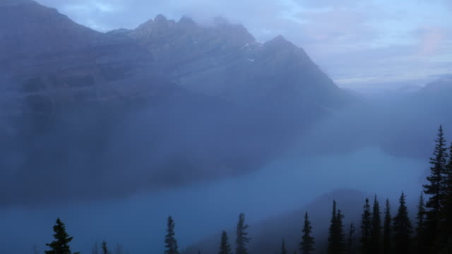 夜明けのペイト湖の景色 - ロッキー山脈点の映像素材/bロール