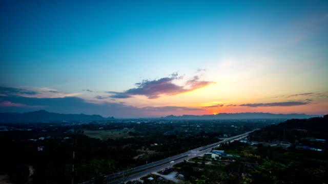 Vue panoramique du riz Paddy au coucher du soleil sur fond de montagne, Time Lapse Video