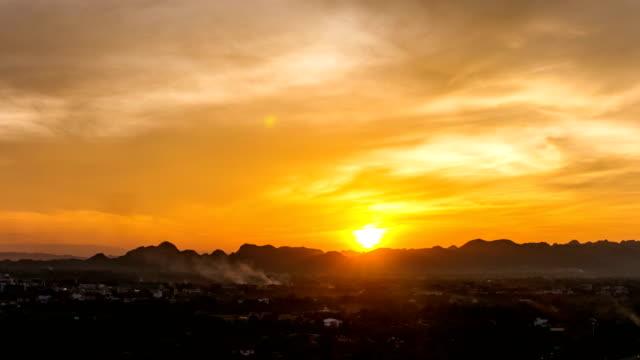 vídeos y material grabado en eventos de stock de vista panorámica de la puesta de sol y cielo dorado con fondo de montaña, vídeo de lapso de tiempo - oficio agrícola