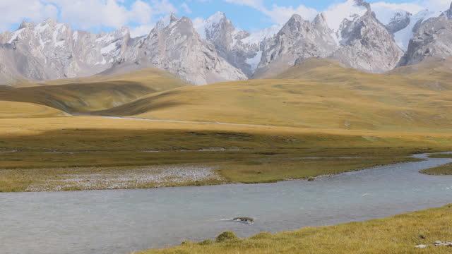 vídeos y material grabado en eventos de stock de vista panorámica del colorido valle de montaña con ríos glaciares en kirguistán - área silvestre