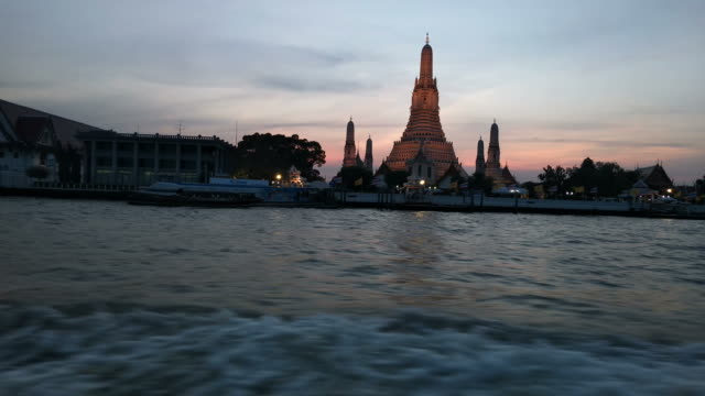 Scenic view of the famous place silhouette of the Buddhist temple Wat Arun from the Chao Phraya River in Bangkok, Thailand - Stock video...