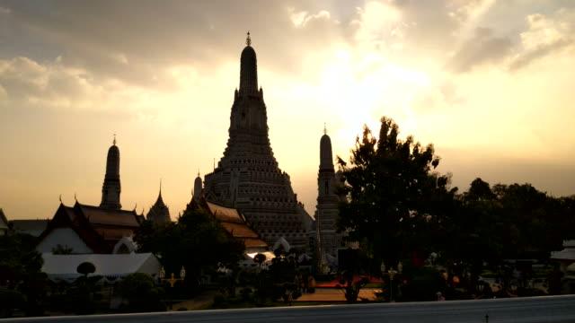 stockvideo's en b-roll-footage met schilderachtig uitzicht op het beroemde silhouet van de boeddhistische tempel wat arun van de chao phraya rivier in bangkok, thailand - tempel