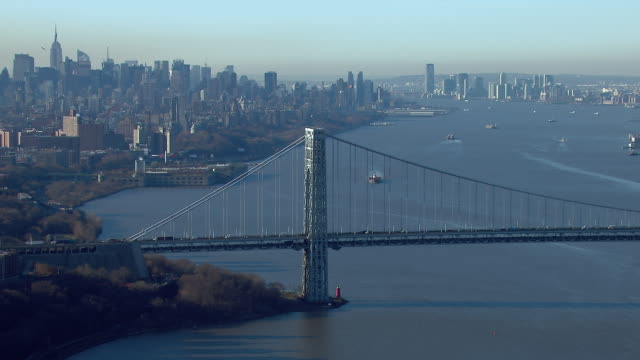 scenic view of the george washington bridge on the hudson river in new york city. - autostrada interstatale americana video stock e b–roll