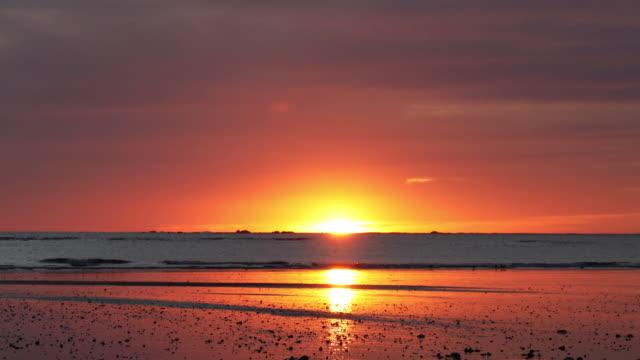 vídeos y material grabado en eventos de stock de vista panorámica del piso de marea al amanecer - horizonte sobre agua