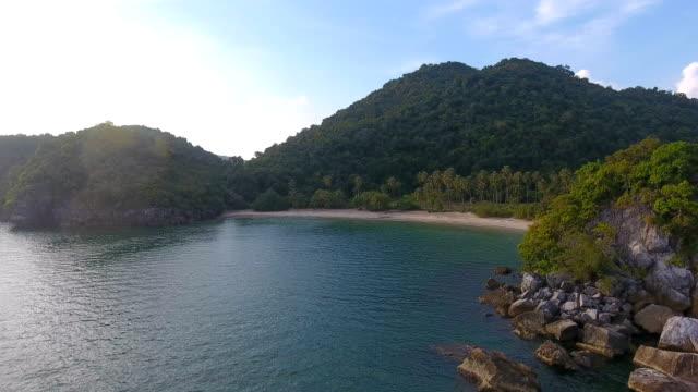 vídeos y material grabado en eventos de stock de vista panorámicas de playa tropical con luz del sol, video aéreo - seychelles