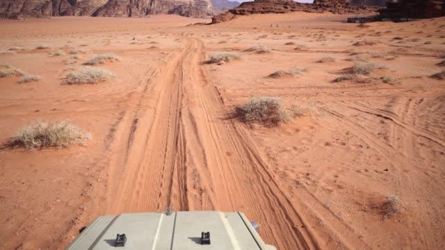 vidéos et rushes de vue panoramique du désert de wadi rum au coucher du soleil - dune de sable
