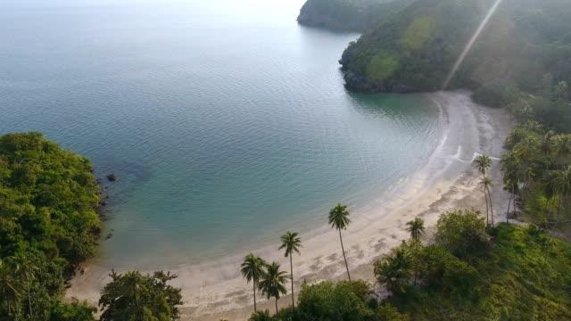 Vistas panorámicas de playa blanca con luz del sol, video aéreo