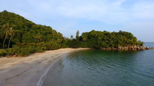 vídeos y material grabado en eventos de stock de vistas panorámicas de playa blanca con luz del sol, video aéreo - mar de andamán