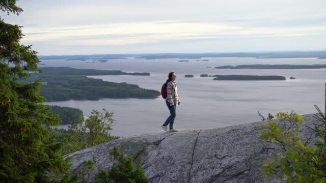 stockvideo's en b-roll-footage met toneelmening van vrouw die meer in finland bekijkt - finland