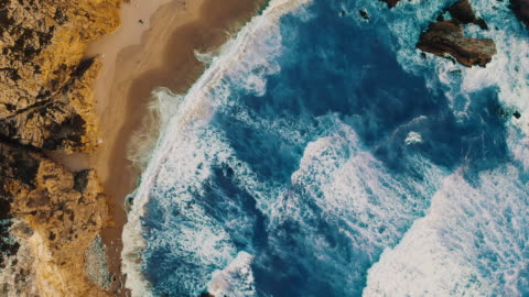 stockvideo's en b-roll-footage met aerial ws scenic uitzicht praia da ursa strand in portugal - klif