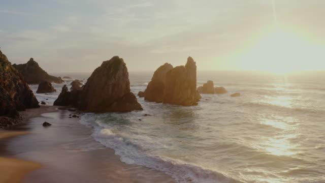 vídeos y material grabado en eventos de stock de aerial ws vistas panorámicas praia da ursa playa en portugal - atardecer