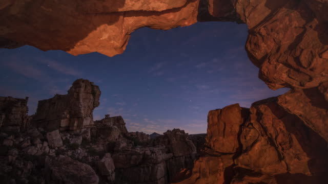 vídeos y material grabado en eventos de stock de t/l scenics of sandstone rock formations and starry night sky from stadsaal caves in truitjieskraal nature reserve, cederberg, south africa - the nature conservancy