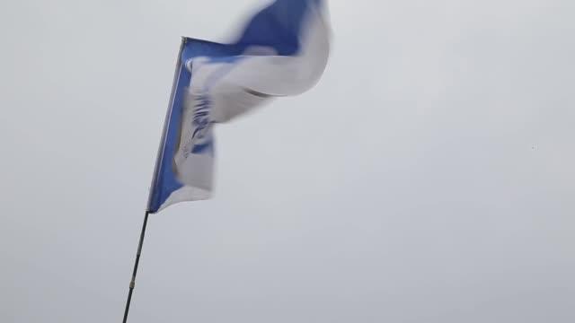 schallke flag is seen in front of the veltins-arena prior to the bundesliga match between fc schalke 04 and tsg 1899 hoffenheim at veltins-arena on... - 1899 bildbanksvideor och videomaterial från bakom kulisserna