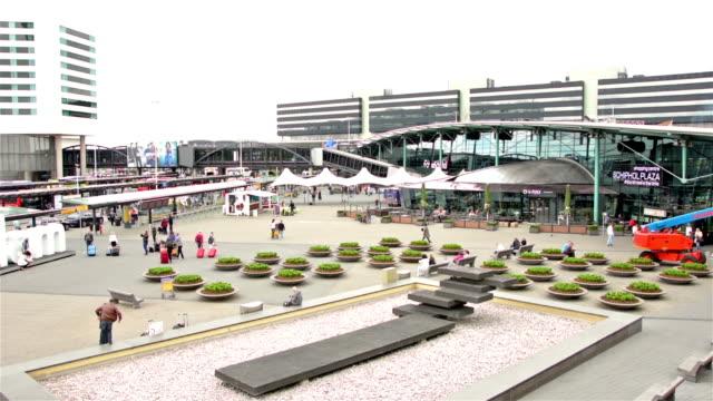 スキポール空港ターミナルビル屋外 - 北ホラント州点の映像素材/bロール