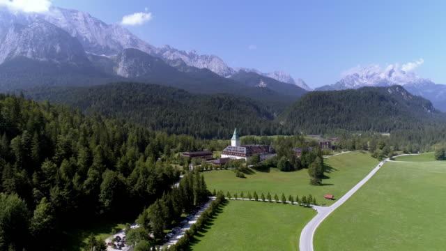 vidéos et rushes de schloss elmau (elmau castle) in the bavarian alps - établissement de cure