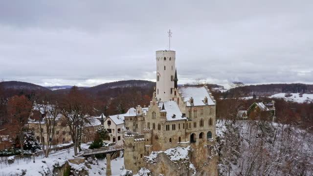 schloss lichtenstein in winter swabian alb castle lichtenstein in snow flight 4k - バーデン・ビュルテンベルク州点の映像素材/bロール