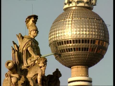 cu schlossbrucke statue and television tower sphere, berlin - アレクサンダープラッツ点の映像素材/bロール