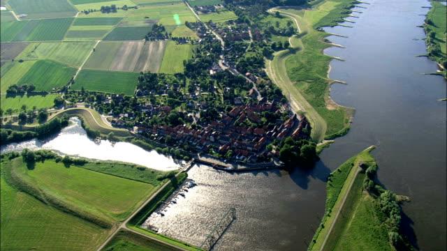 vídeos de stock, filmes e b-roll de schnackenburg - vista aérea - baixa saxônia, alemanha - rio elbe