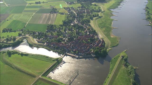 vídeos de stock, filmes e b-roll de schnackenburg - rio elbe