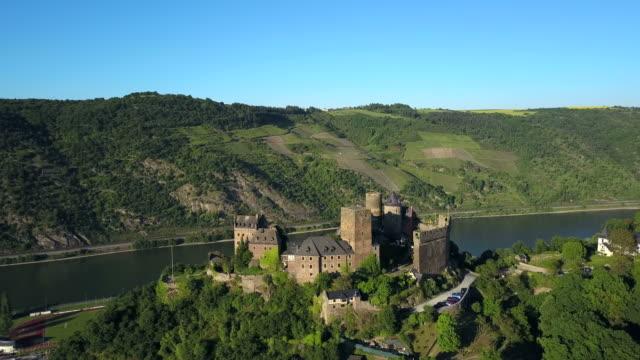 vídeos de stock e filmes b-roll de schoenburg castle, rhine valley, oberwesel, rhineland-palatinate, germany - rio reno