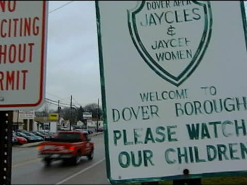 vidéos et rushes de school becomes first to teach intelligent design; usa: pennsylvania: dover: ext/fog tgv town of dover in distance zoom in gv 'welcome to dover' sign... - lieux géographiques