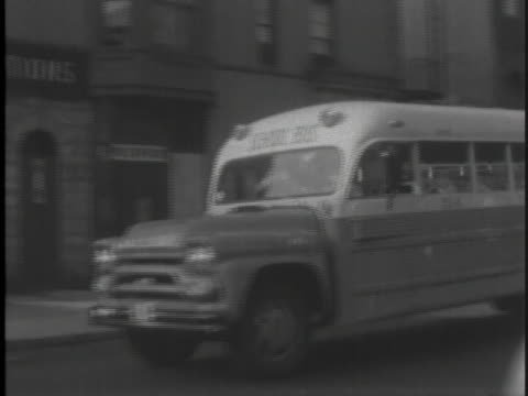 vídeos y material grabado en eventos de stock de school bus carrying black students travels through a queens neighborhood. - human rights or social issues or immigration or employment and labor or protest or riot or lgbtqi rights or women's rights