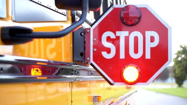 vídeos y material grabado en eventos de stock de señal de la parada del autobús escolar - señal de stop