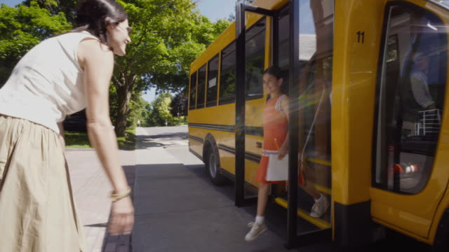 vídeos de stock e filmes b-roll de school bus student getting out 4k 4:2:2 slow motion - edifício escolar