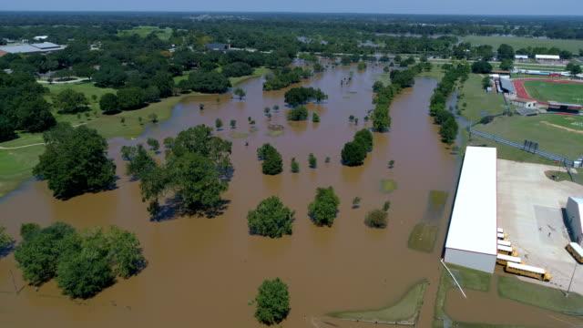 vídeos y material grabado en eventos de stock de autobuses escolares junto al río de colorado inundada en vista aérea drone de columbus, texas huracán harvey inundaciones - gulf coast states