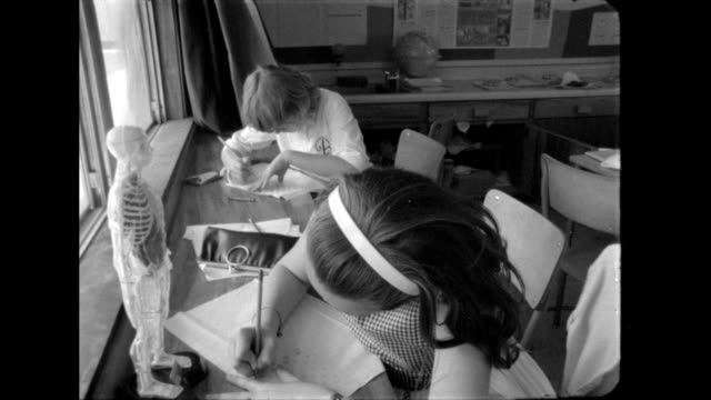 school children at cocoa beach elementary school in florida draw pictures and write letters to support john glenn. - 1962年点の映像素材/bロール