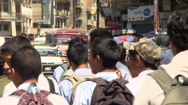 stockvideo's en b-roll-footage met school children & colourful bus on busy street, cochabamba, bolivia - bolivia