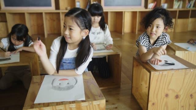 学校の子供たちの自己の肖像画を描く - 学生点の映像素材/bロール