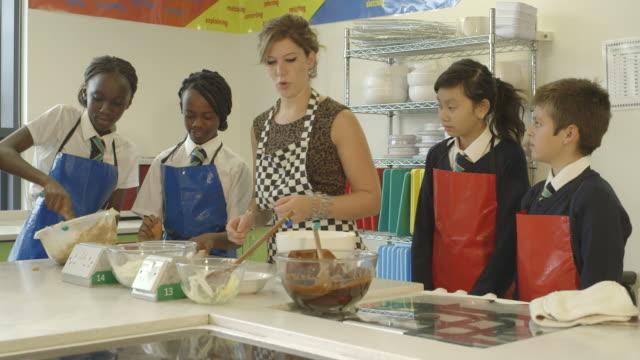 vídeos y material grabado en eventos de stock de school children in catering - utensilio para cocinar