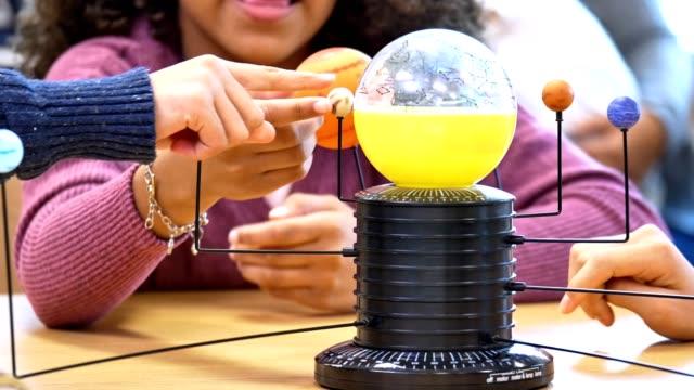 vídeos de stock e filmes b-roll de school children learning about the solar system and constellations - aluna da escola secundária