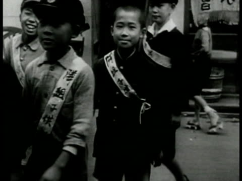 vidéos et rushes de school children marching in lines ls young adult japanese soldiers standing at attention cu young adult japanese soldier in formation - homme soumis