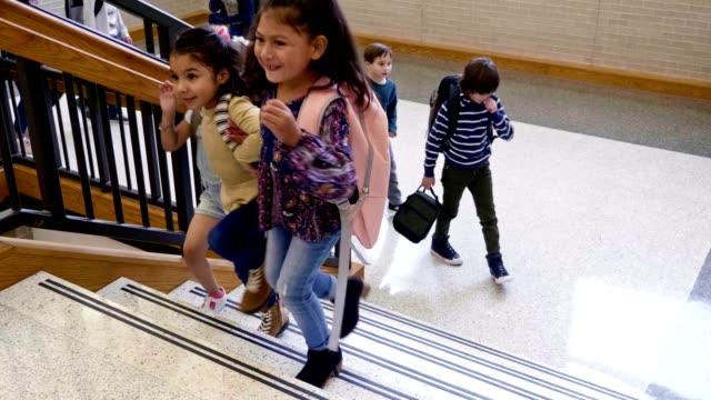 vídeos de stock e filmes b-roll de school children walking up stairs in school building - aluna da escola secundária