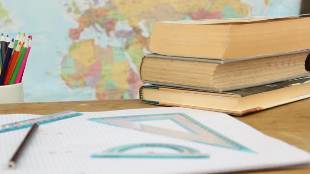 School-Klassenzimmer Schreibtisch-Szene-HD & PAL