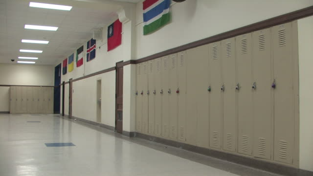 stockvideo's en b-roll-footage met school hallway pan - gang