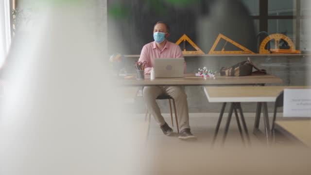 vídeos y material grabado en eventos de stock de la escuela está trabajando de nuevo - maestro