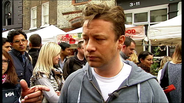 vídeos de stock, filmes e b-roll de jamie oliver outlines vision oliver interview sot nothing against the packed lunch per se / says people would be amazed at how bad packed lunches get - packed lunch