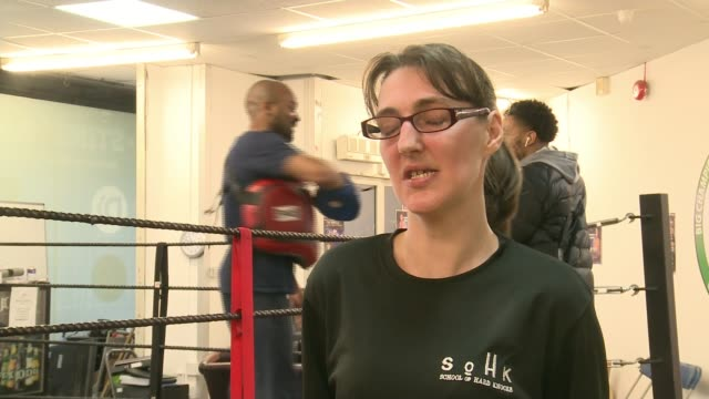 vidéos et rushes de school of hard knocks uses exercise to tackle unemployment; uk, london, croydon; various shots of women doing exercise drills as part of the school... - low angle view
